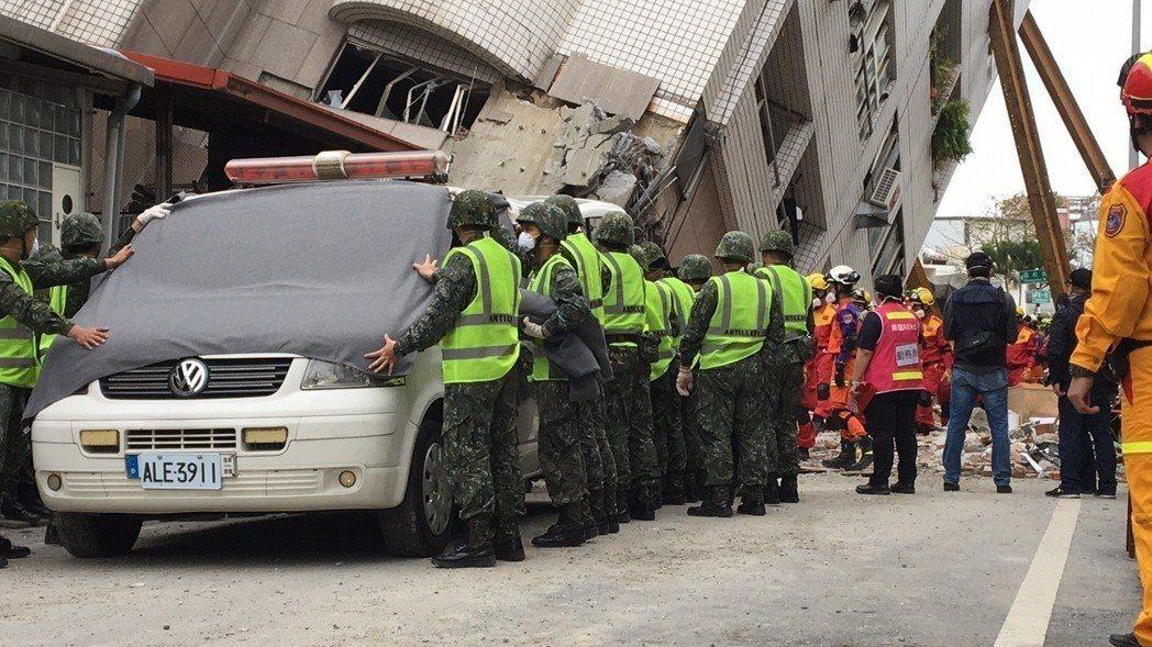 花蓮震災倒塌的雲翠大樓,搜救進入尾聲,最後失聯的一家五口陸客,已陸續將發現的3具...