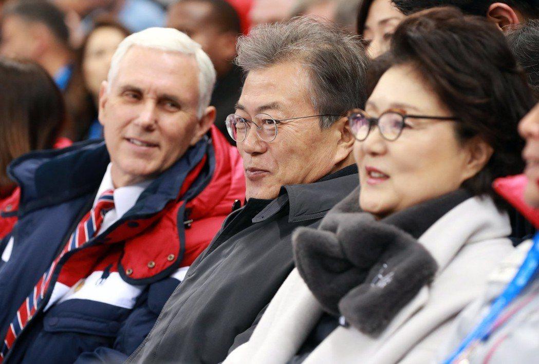 兩韓握手破冰,美國副總統潘斯(左)赴平昌踩煞車。 歐新社