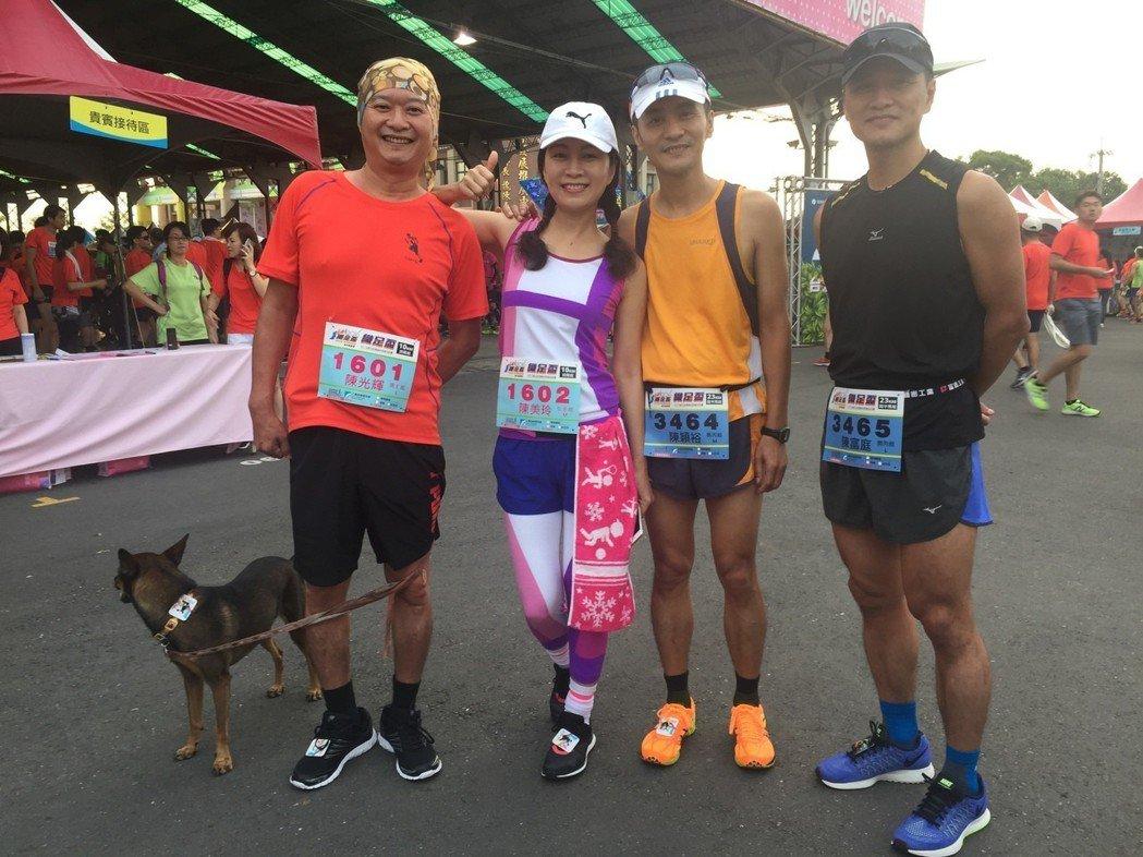 藝人方文琳(左二)是彰化社頭鄉人,前年參加社頭織足盃超半程馬拉松。 圖/明悅提供