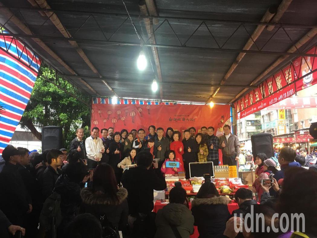 年關將至,台北市長柯文哲今天前往榮濱商圈走街發紅包。記者張世杰/攝影