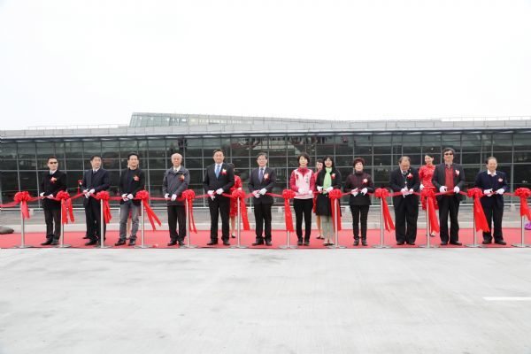 高鐵台南站前廣場增設臨停載客車道工程今天舉行啟用典禮。圖/台南市政府提供