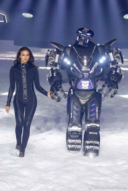 名模Irina Shayk牽著身上印有「Philipp Plein」的機器人出場...