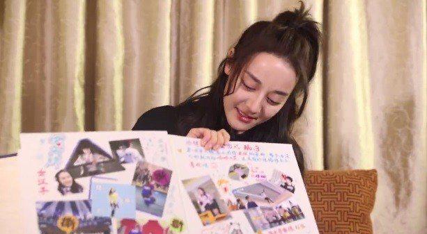 迪麗熱巴看到節目組為她準備的相冊禮物相當感動。圖/截圖自微博