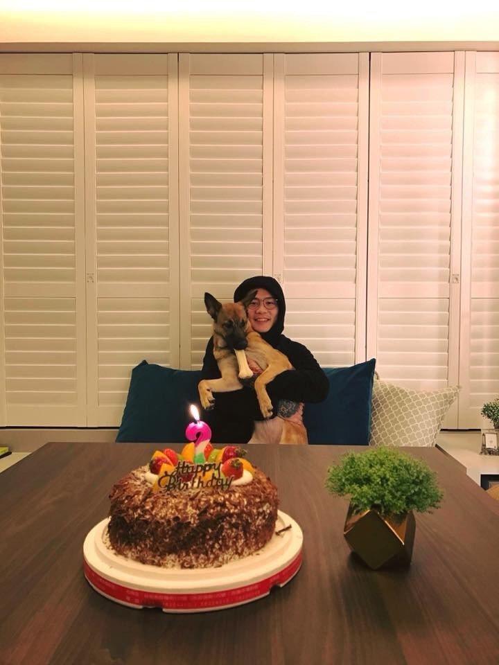 廷廷積極感新專輯,平時在家和狗玩。圖/摘自廷廷臉書
