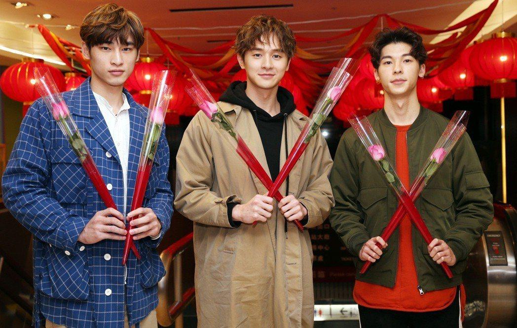 八大電視「我的男孩」演員章廣辰(左起)、張軒睿與許光漢到台北火車站,發送玫瑰花給