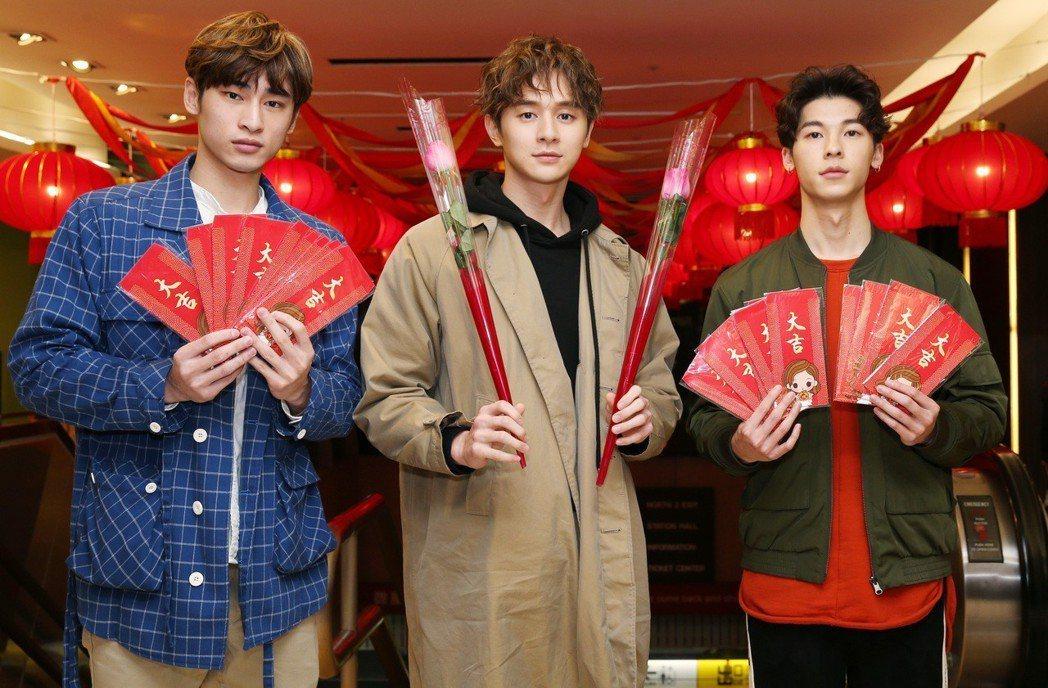 八大電視「我的男孩」演員章廣辰(左起)、張軒睿與許光漢到台北火車站,發送玫瑰花及...