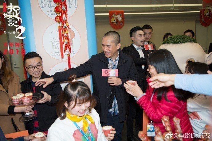 南京粉絲爭相從梁朝偉手中接過蛋糕。圖/摘自微博