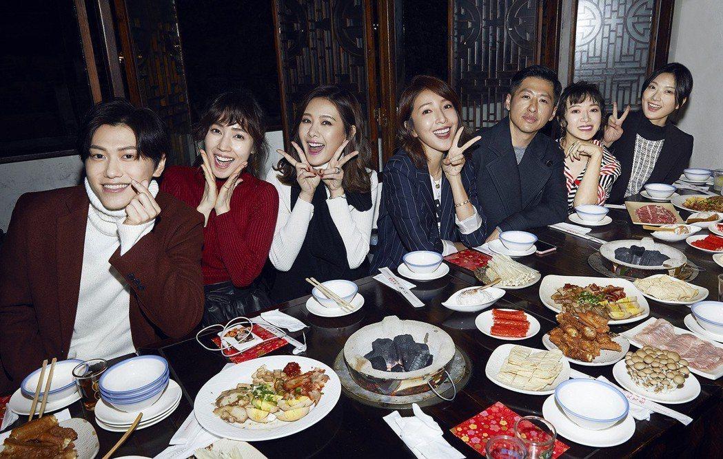 邱宇辰(左起)、小薰、安心亞、楊謹華、Ian、李杏、何夏出席經紀公司尾牙。圖/百...
