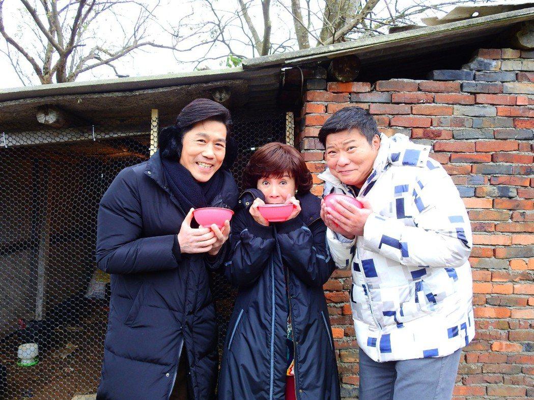羅時豐(左起)、吳佳珊、陳文山寒流天拍戲喝雞湯取暖。圖/台視提供