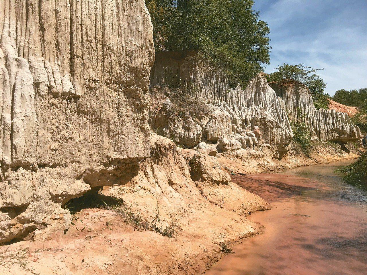 仙女溪景觀多變,這段彷如美國西部,溪水相當淺,可以打赤腳行走,陶冶在大自然中。 ...