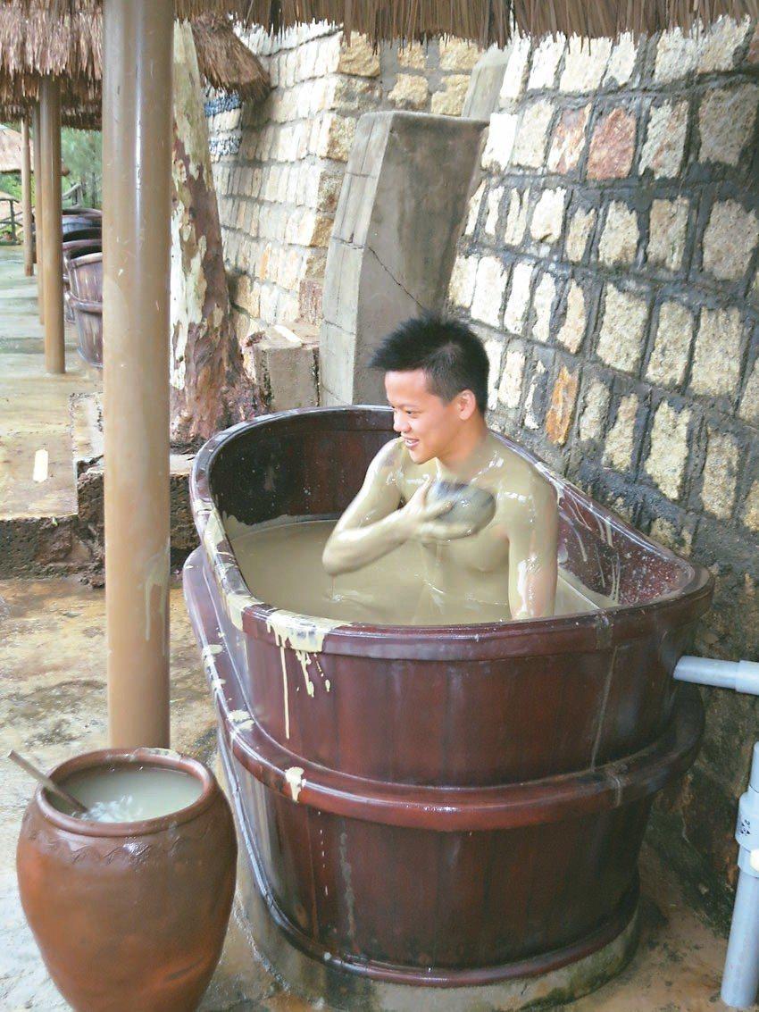 喜歡泡湯的遊客,可以到芽莊郊區的「THAP BA」體驗純天然的火山泥漿浴。 記者...