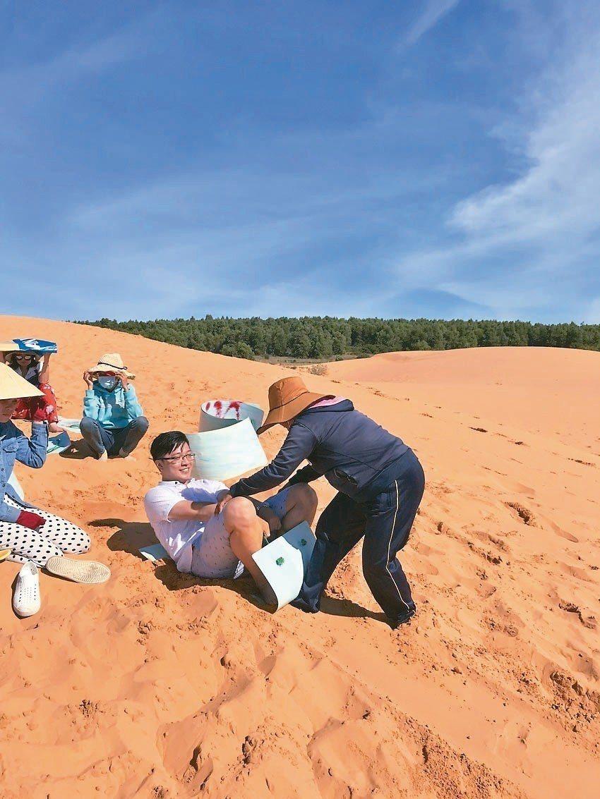 上丘頂、乘著塑膠魔毯享受滑沙,既好玩又刺激,會讓人意猶未盡地想一次又一次的玩。 ...