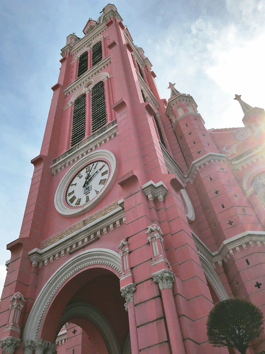 「新定教堂」外牆顏色十分搶眼,故又被稱為「粉紅教堂」。 記者黃日暉/攝影
