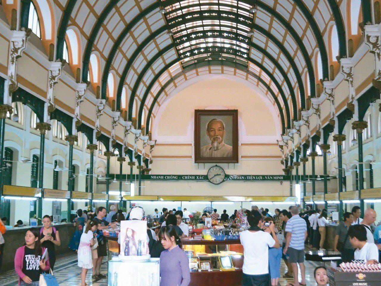 走進郵局大廳內部可感覺到裡面空間相當寬敞,大堂正中央掛的是越南國父胡志明的肖像。...