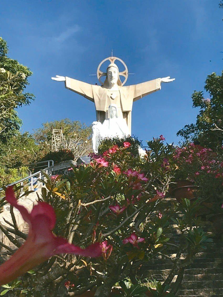 登到山頂後遊客便來到神像前的上坡階梯,宏偉的基督神像就坐落在眼前。 記者黃日暉/...