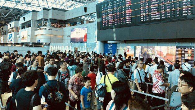 把握連續假日,國人瘋出國旅遊。圖為桃園機場搭機人潮。中央社資料照