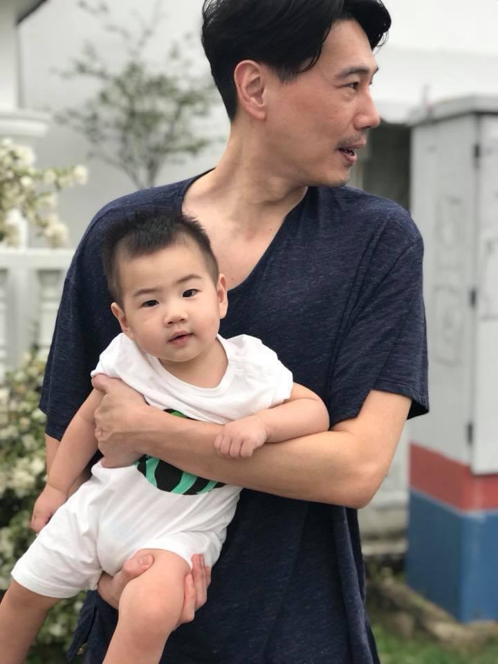 暱稱「解孵」的Ella老公賴斯翔與兒子勁寶。圖/擷自Ella臉書
