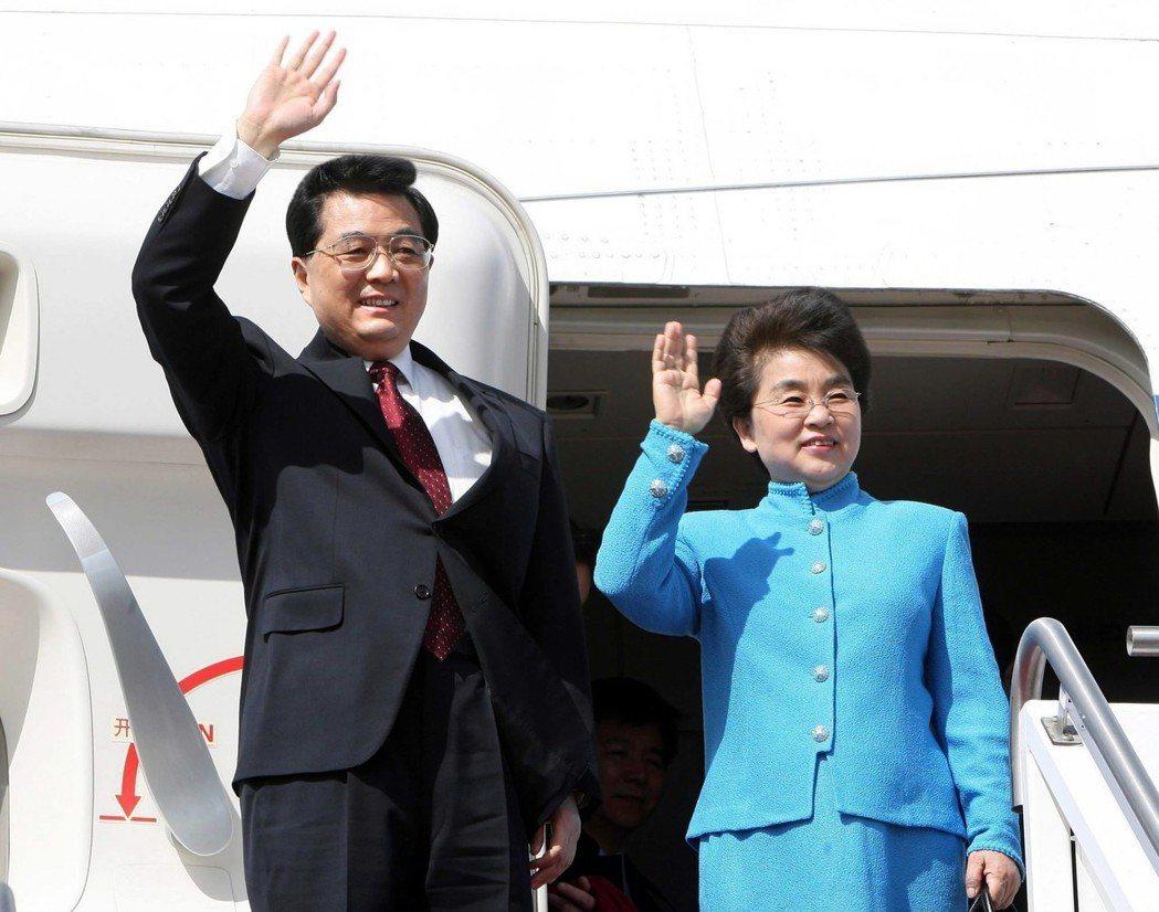 2006年,胡錦濤與夫人飛抵西雅圖對美國進行國事訪問。 圖/聯合報系資料照片