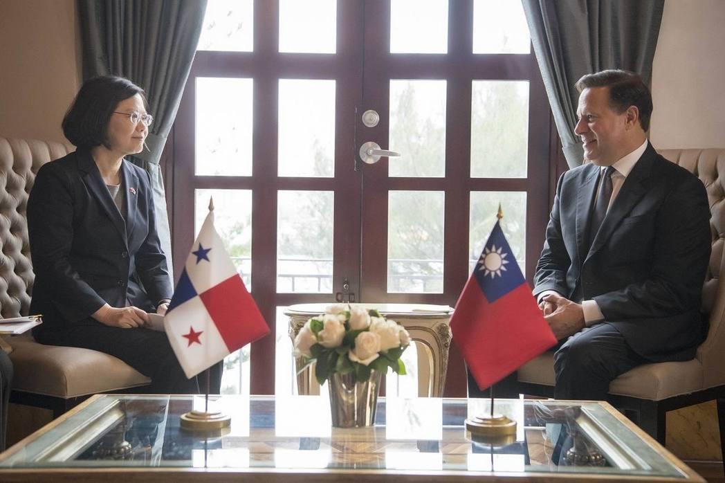 前年六月蔡英文總統(左)訪問巴拿馬,與巴國總統瓦雷拉(右)於巴國總統府會晤。 ...