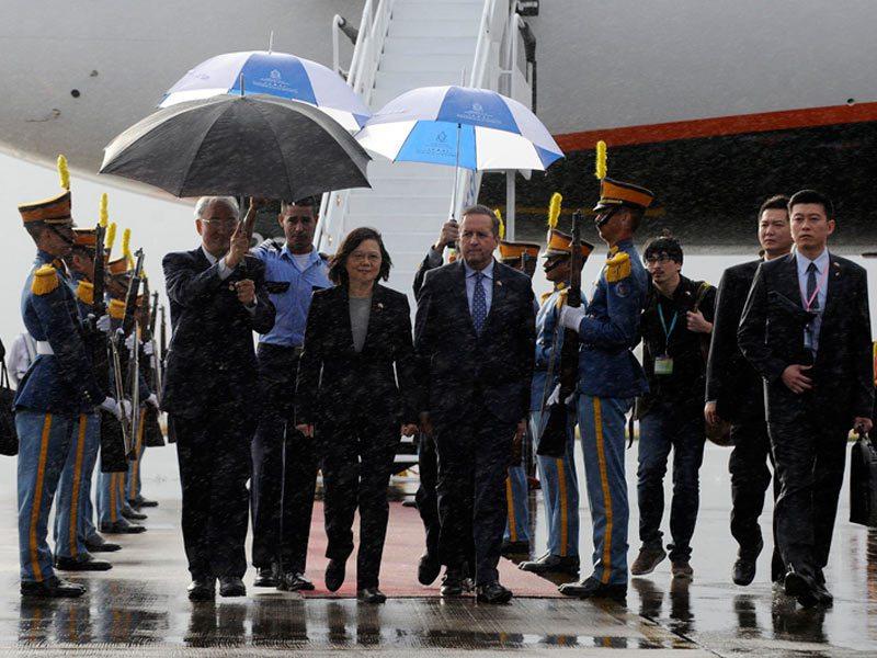 2017年1月,蔡總統抵達宏都拉斯時,正好遇大雨。宏國以紅地毯歡迎蔡總統蒞臨,由...