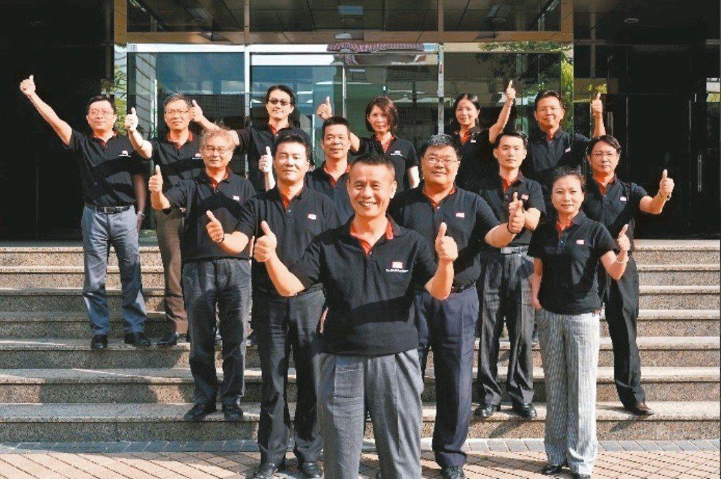 明緯集團總裁林國棟(前)與核心幹部。 明緯企業/提供