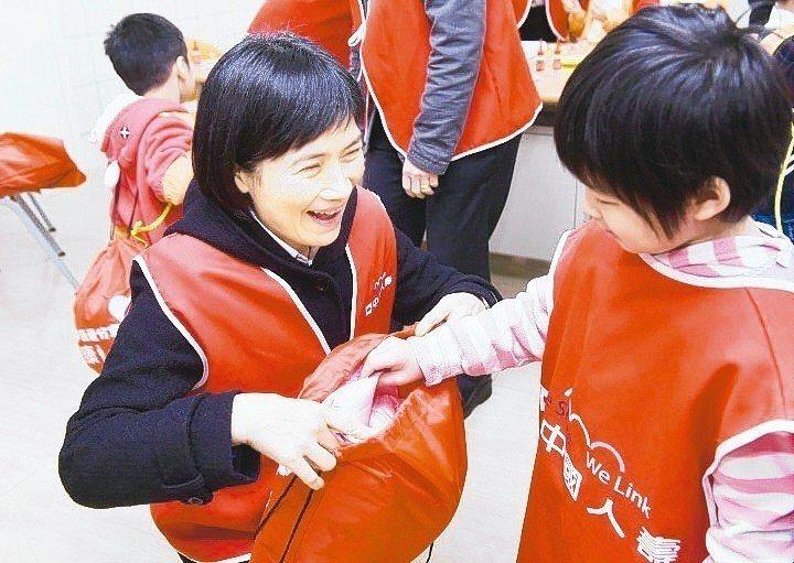 中壽代理總經理黃淑芬帶領同仁做志工,至育幼院陪伴院童、寒冬送新衣。 中壽/提供