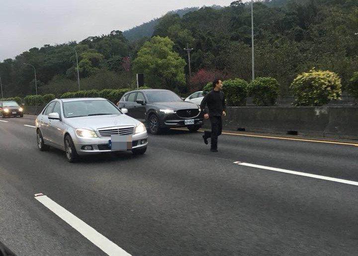 彭姓通緝犯為了躲警察,跑到國道上遭到車輛輾斃。 圖擷自爆料公社