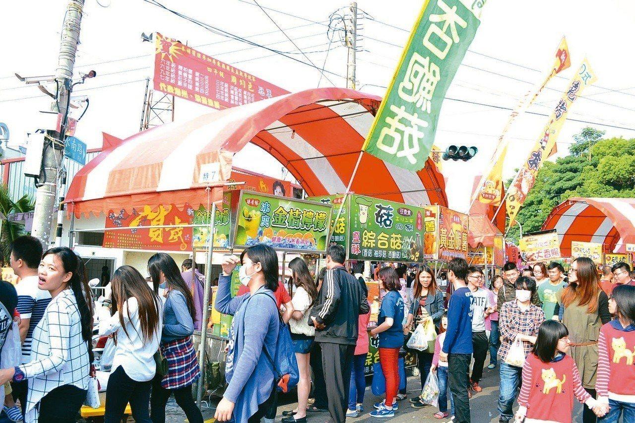 潮州春節假日市集的特區攤位每年競標價格不斷創下新高,業者相當看好商機。圖/潮州鎮...