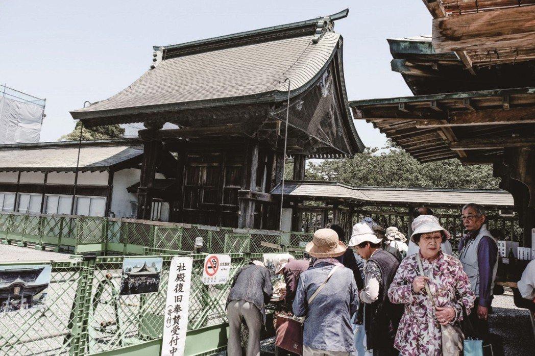 熊本重要觀光地區阿蘇,也衝擊巨大。圖為2017年5月阿蘇神社修復援助金募集。 圖...