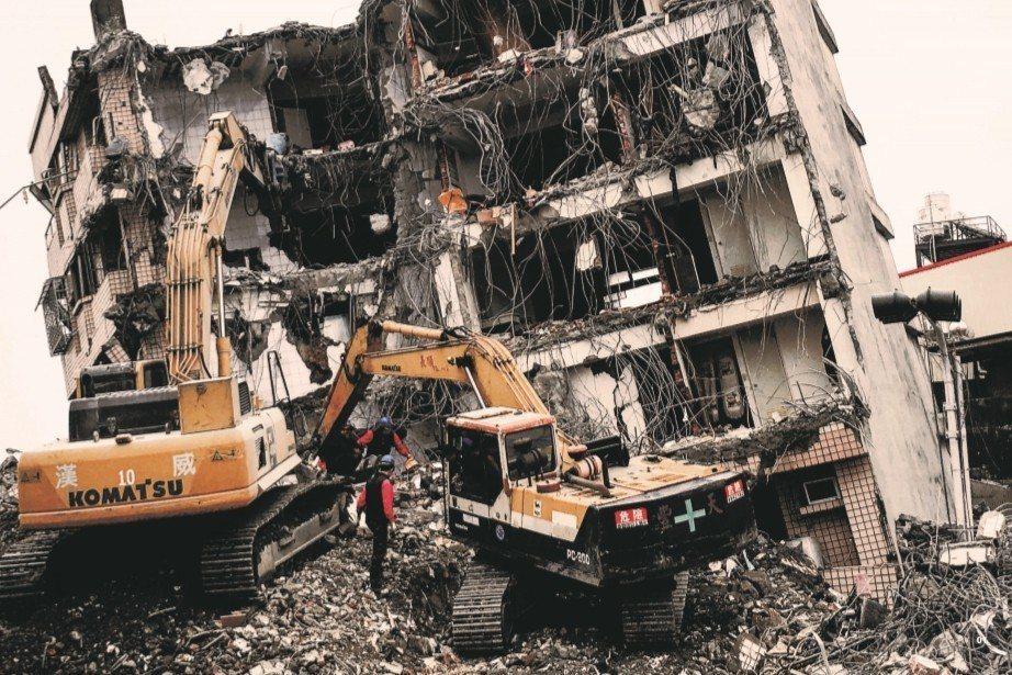 臺南市歸仁區公寓倒塌清除。 圖/國立臺灣歷史博物館提供