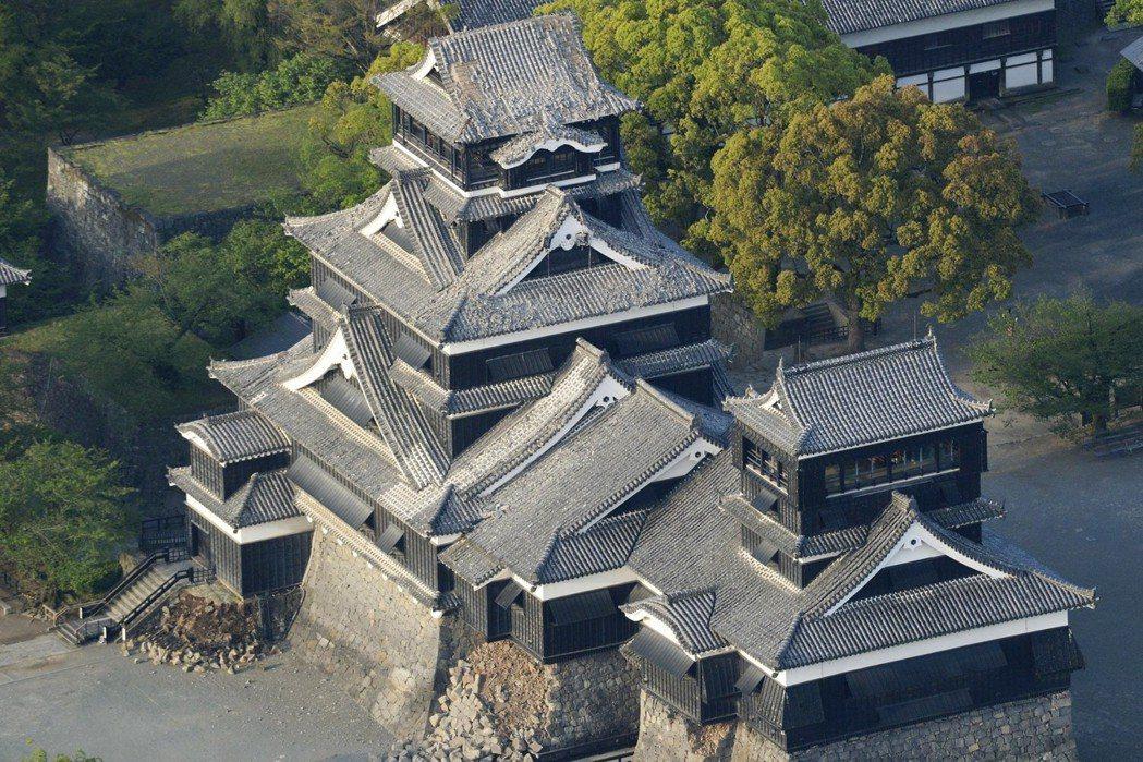 熊本地震發生後,國立文化財機構接受了日本文化廳委託,同時啟動了地區重要文化財以及生活物件的搶救。圖為受損的熊本城。 圖/美聯社