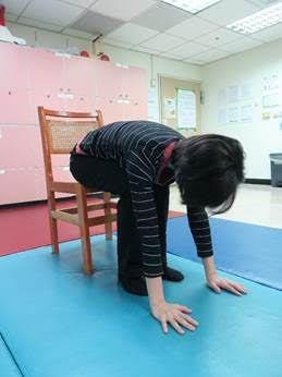 坐在椅上,雙手平伸,慢慢彎腰,接觸腳尖,再回復原狀。 圖/賴佐君