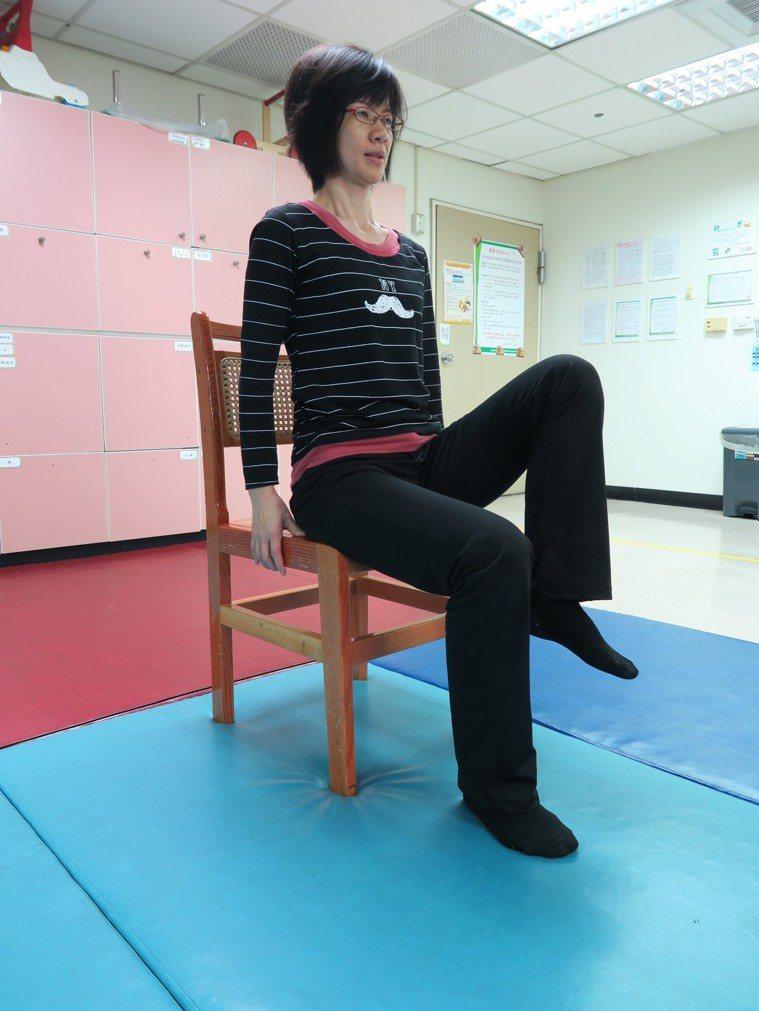 坐於椅子前1/3,身體挺直坐高,脊椎向上延伸,雙腳微開、踩實地板。左腳抬起以膝蓋...