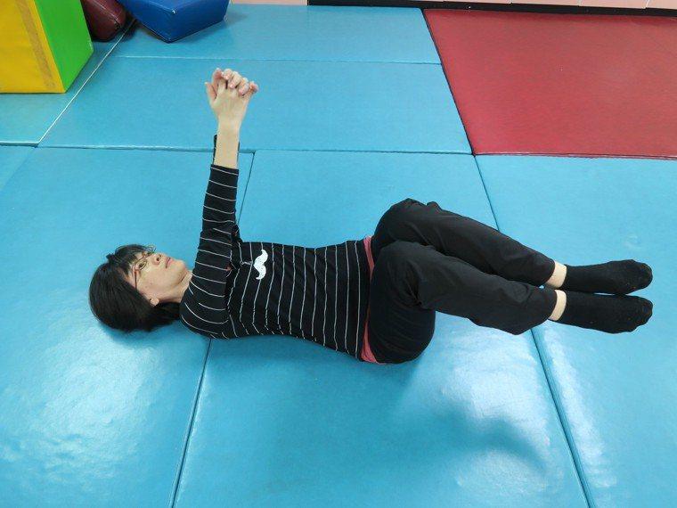 平躺於地板,腹部微收。雙腳彎曲90度保持腹部用力,以雙手向著天花板寫數字。 圖/...