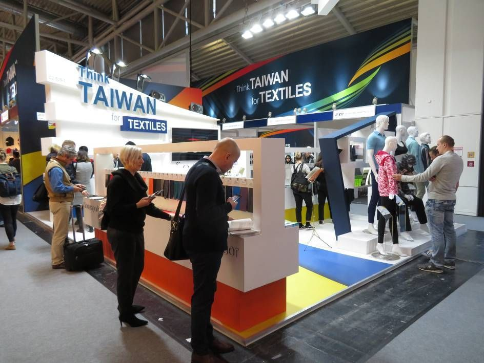 臺灣館形象區吸引買主駐足搜尋產品。 紡拓會/提供