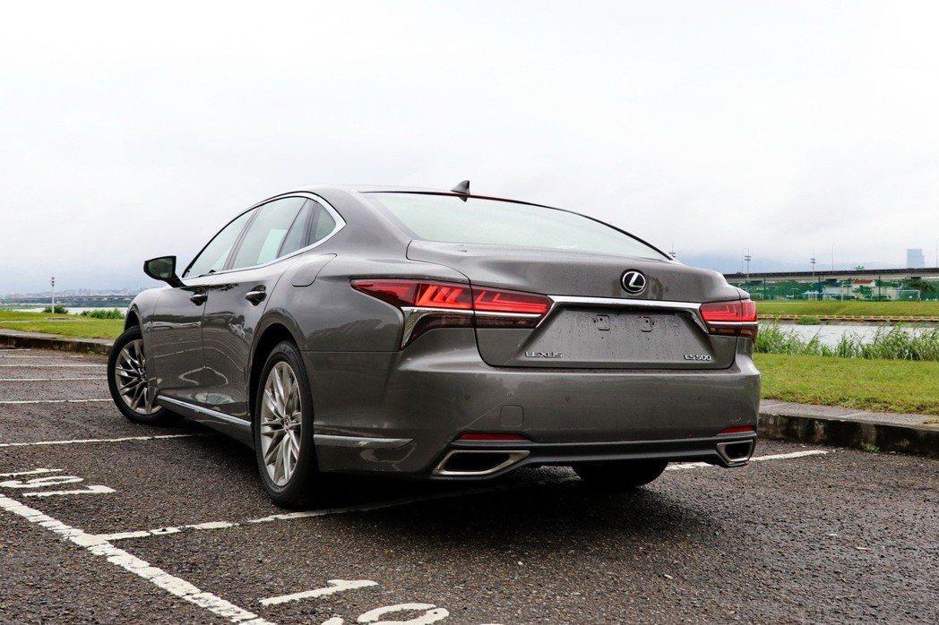 LEXUS LS展現出更具跑車感的外型。 記者陳威任/攝影