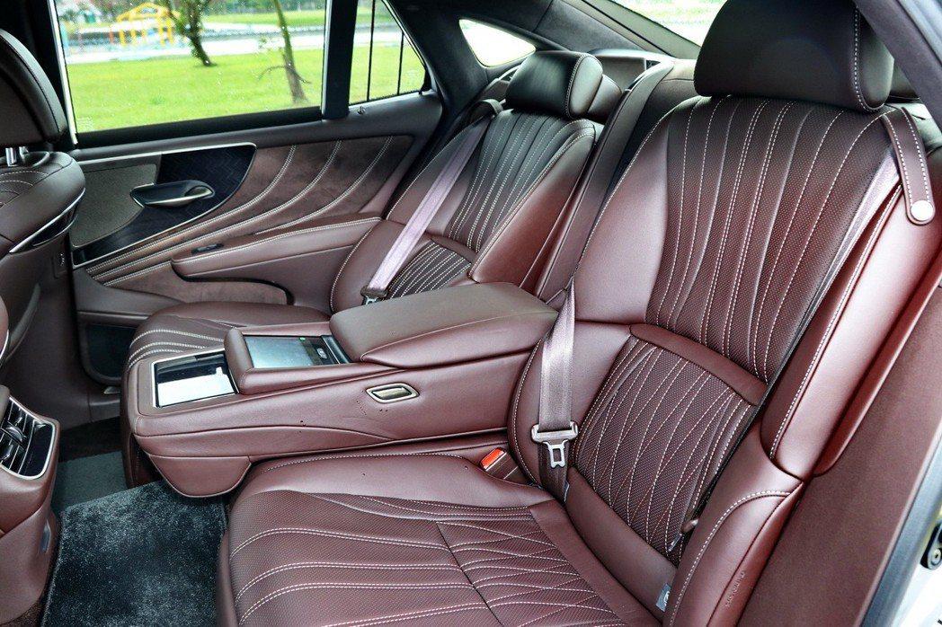 高階車型配備雙後座電動調整座椅或右後座OTTOMAN座椅。 記者陳威任/攝影