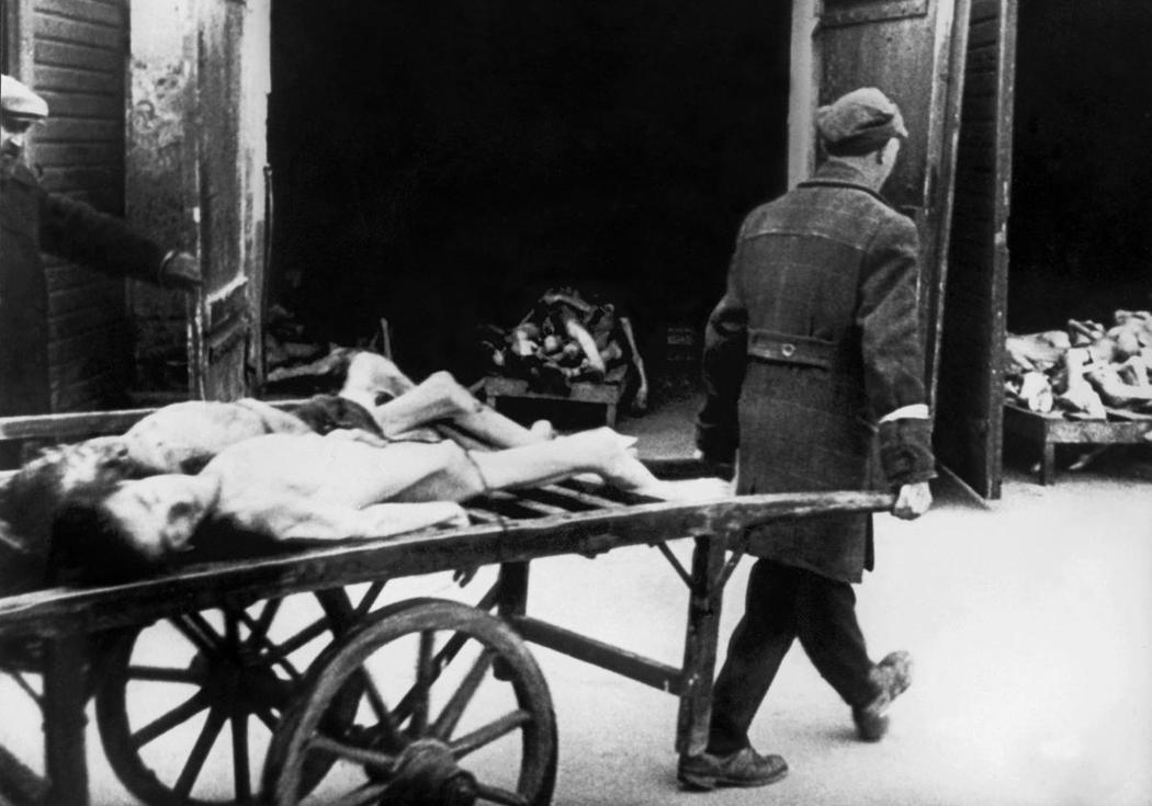 圖為1943年,華沙猶太區遭到納粹封鎖,被整批餓死的猶太居民。在封鎖期間,有波蘭...