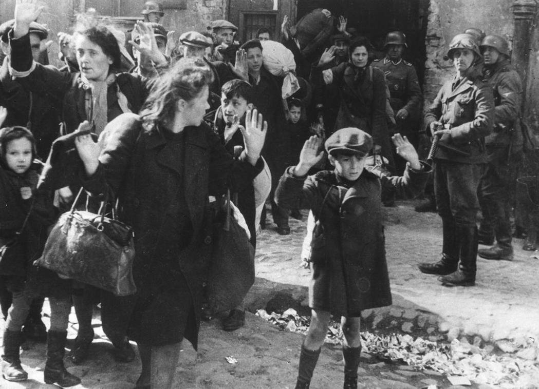 納粹的猶太滅絕政策也依靠佔領地的當地居民密告、動用私刑、反猶暴動、還有與納粹政權...