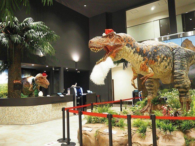 大廳的恐龍家族,爸爸站在門口迎接,媽媽與小孩則擔任櫃檯,還會搭配不同節日換裝打扮...