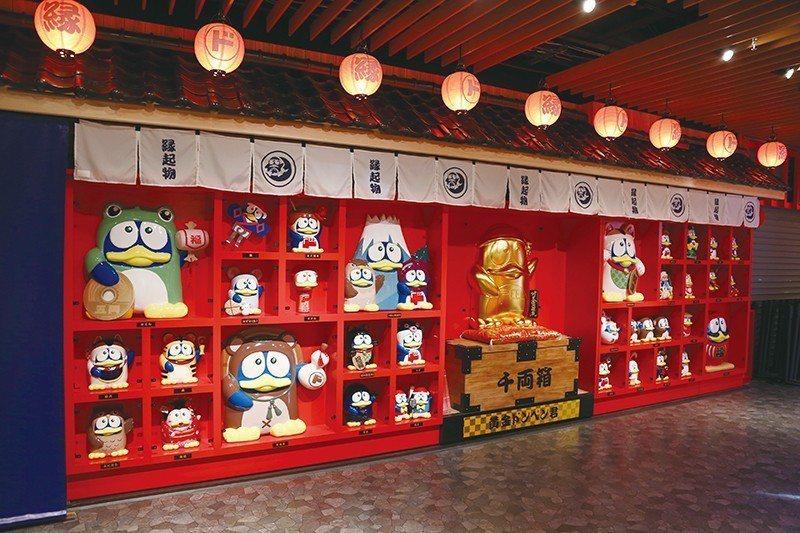 候車室陳列著企鵝化身日本各地傳統吉祥物的俏皮模型。