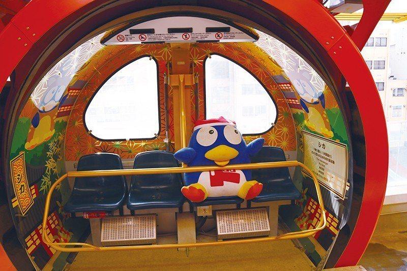 摩天輪車廂內以和風花紋設計,隨處有可愛的企鵝相伴。