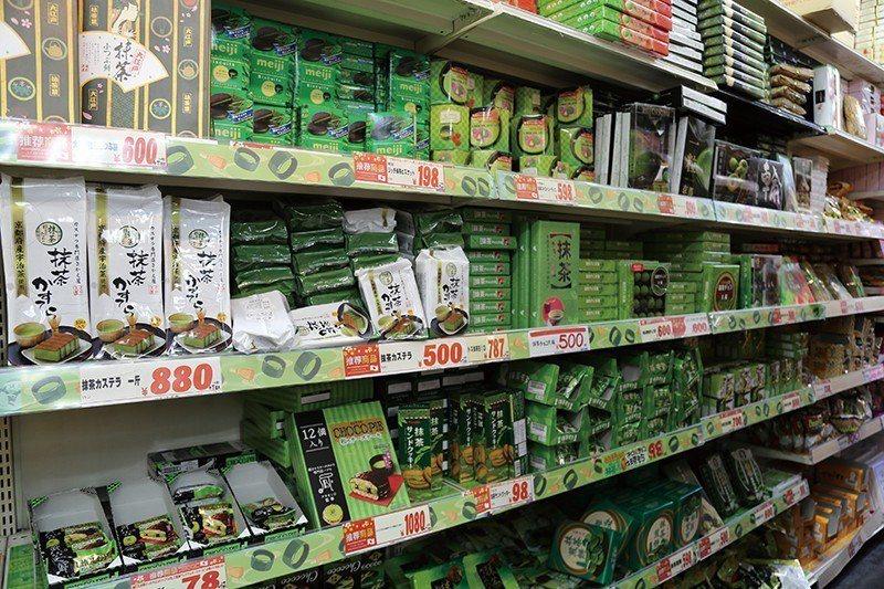 旅客最喜歡的購物聖地之一「唐吉訶德」,道頓堀店設有抹茶專區,能一次買齊各式各樣的...