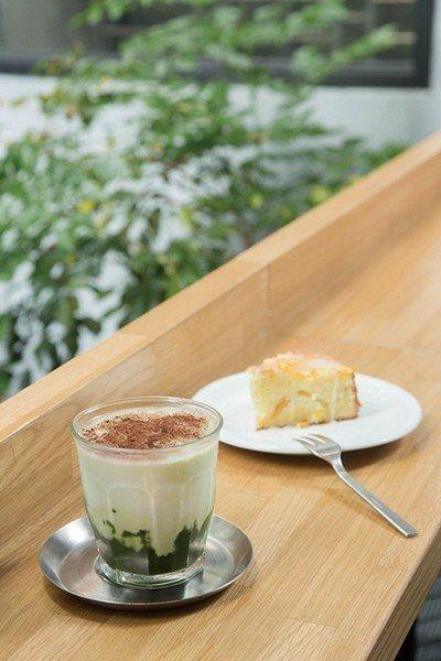 迷彩拿鐵 150元(前)╱綠色底層是抹茶,以漸層方式帶出迷彩的視覺效果。每日甜點...