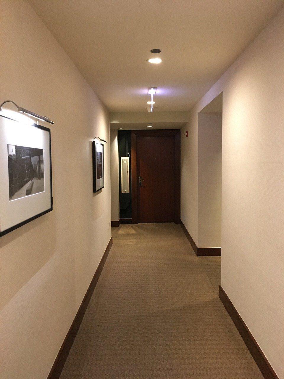 十樓客房走廊,選用的地毯、房門、牆壁色調簡單大方。圖文來自於:TripPlus