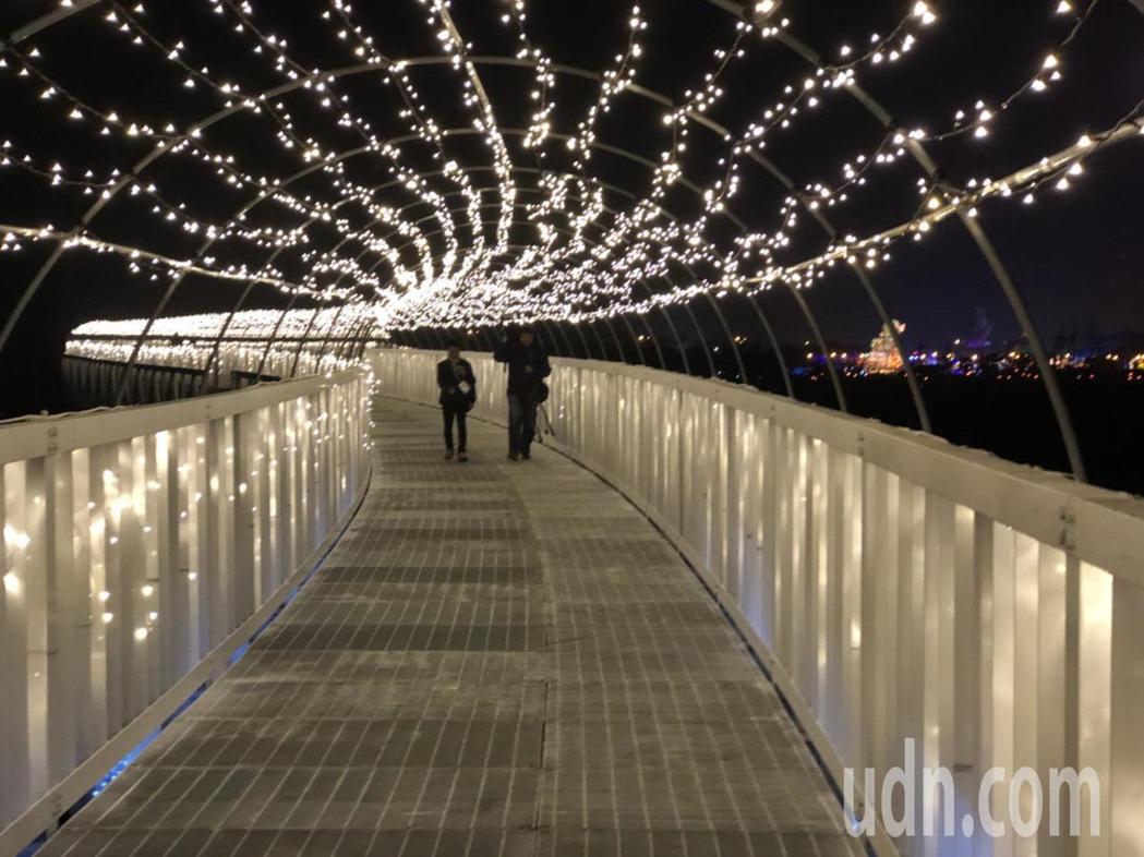 西洋情人節將屆,浪漫的「貓羅溪人行橋會是青年男女的最愛。記者張家樂/攝影