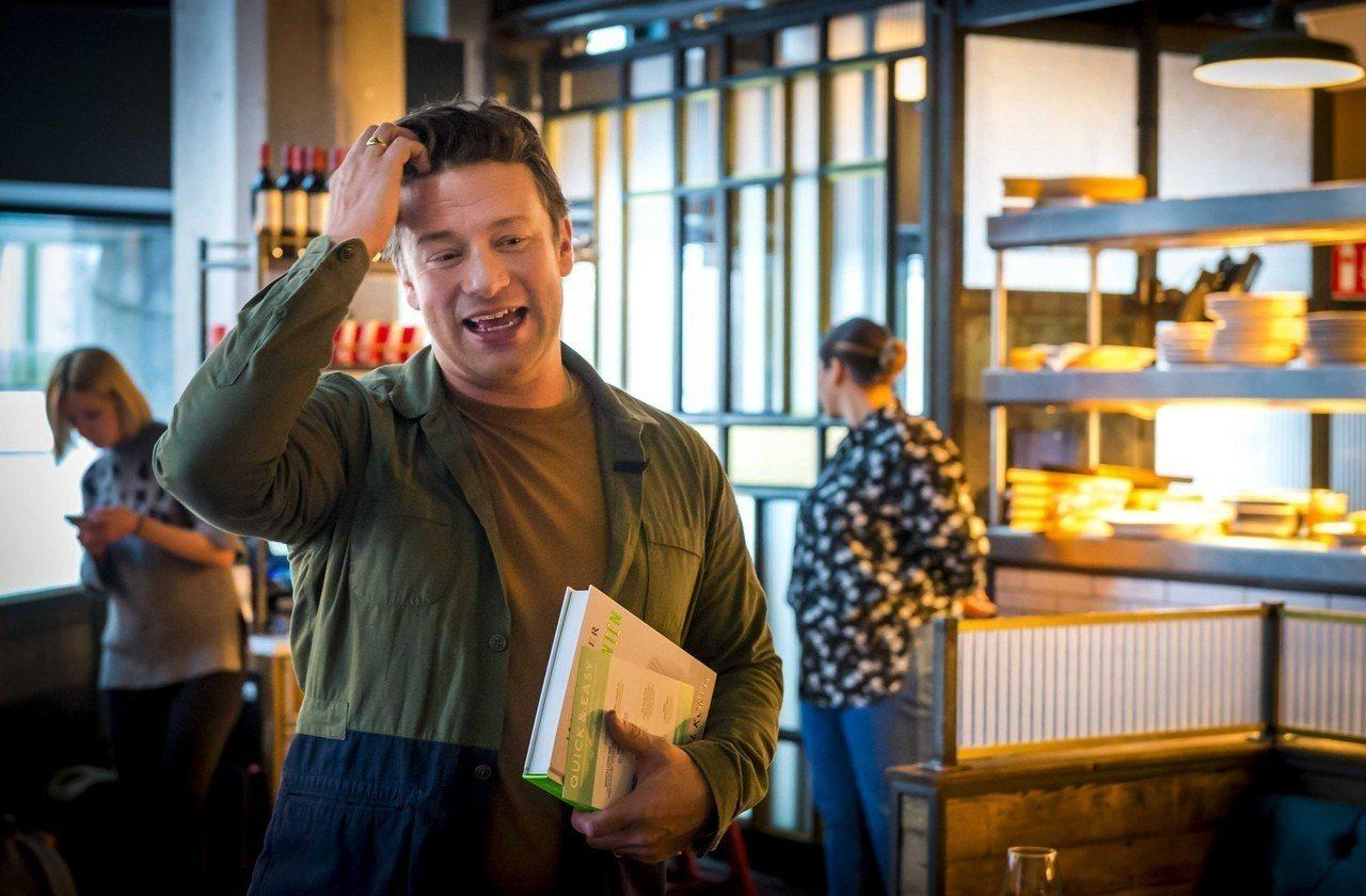 奧利佛去年11月在荷蘭海牙出席新書發表會。歐新社