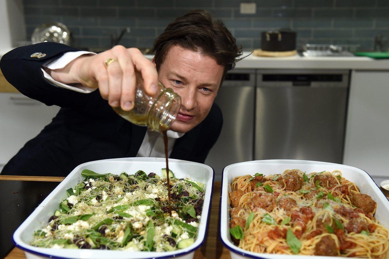 奧利佛在澳洲的義大利餐廳展示廚藝。歐新社