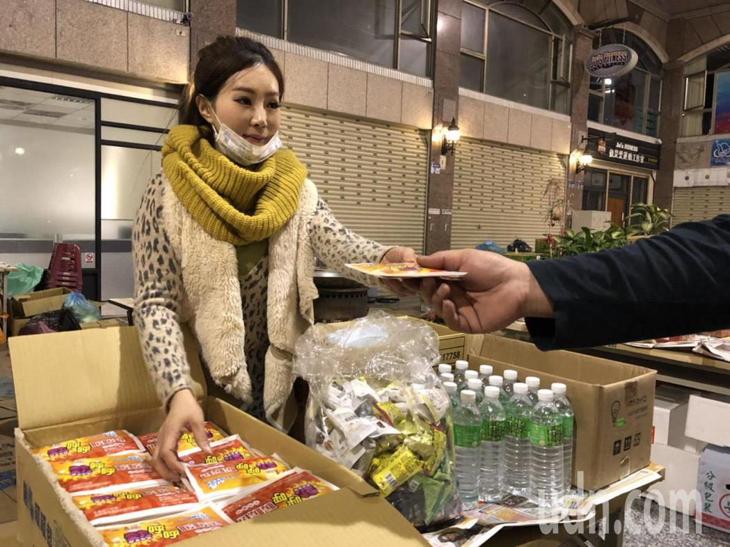 女演員姍姍也隨秦揚到災區服務。記者王慧瑛/攝影