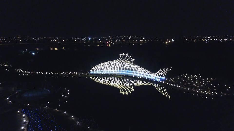 傳藝宜蘭園區營造讓人驚豔的年節大型地景,「光雕魚」在蘭陽平原上閃耀放光,成為最亮...